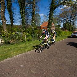 2-05-2015: Wielrennen: Ronde van Overijssel mannen: Rijssen  <br />RIJSSEN (NED) wielrennen:  De 63e ronde van Overijssel heeft als zwaarte punt de heuveltjes rond Ootmarsum en de Sallandse heuvelrug. Net als in de ronde van Vlaanderen kent men in Overijssel het dorp van de ronde. In 2015 is de eer aan Markelo.<br />Jasper Hamelink en Kobus Herijgers in een ontsnapping in de buurt van Stokkum
