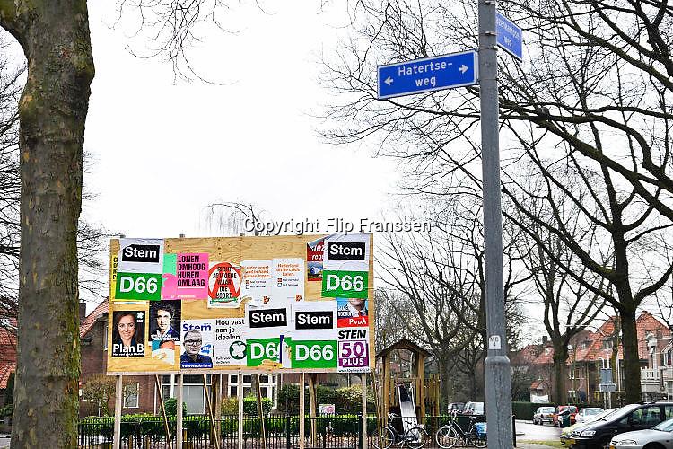 Nederland, Nijmegen, 7-3-2017 Verkiezingsbord met affiches voor de komende verkiezingen voor de tweede kamer. Het bord is niet vol, veel partijen hebben hier nog geen posters geplakt. verkiezingsposters. Netherlands, election board with posters for the forthcoming national elections. Foto: Flip Franssen