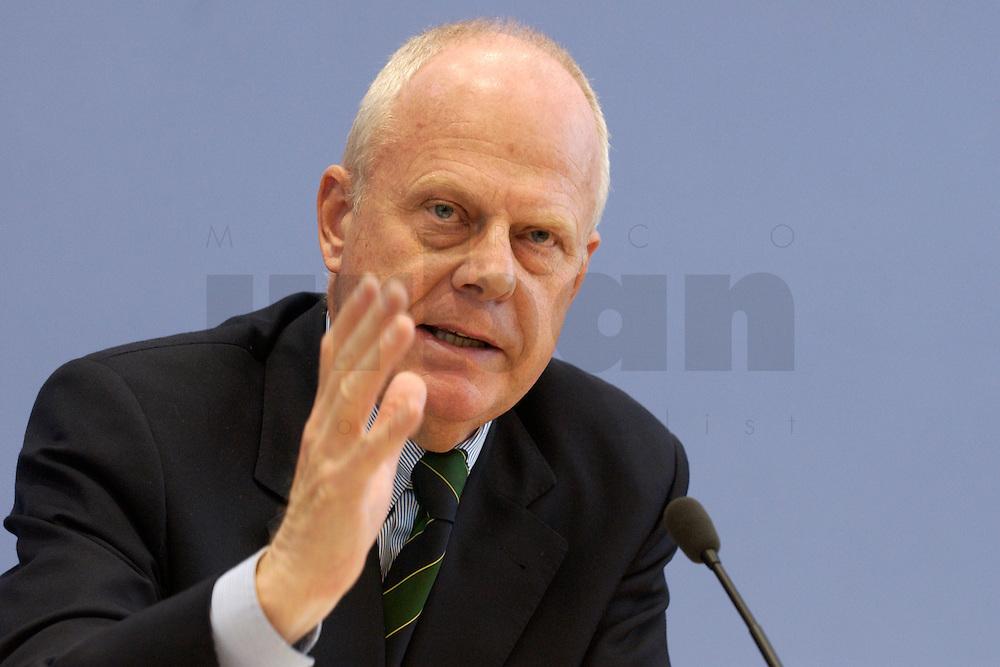 """13 MAY 2004, BERLIN/GERMANY:<br /> Prof. Meinhard Miegel, Buergerkonvent und Leiter des Instituts fuer Wirtschaft und Gesellschaft Bonn e.V., IWG Bonn, packt seine Aktentasche aus, vor Beginn der Pressekonferenz """"Fuer ein besseres Deutschland"""" - eine Aktionsgemeinschaft von 10 Reforminitiativen mit Forderungen an die Politik, Bundespressekonferenz<br /> IMAGE: 20040513-01-028<br /> KEYWORDS: Bürgerkonvent"""