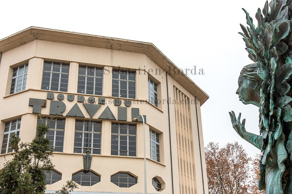 """Statue de la fontaine : """"Le buisson ardent"""" de l'artiste Geneviève Böhmer devant le batiment de la bourse du travail  //Statue of fontain : """"Le buisson ardent"""" from artist Geneviève Böhmer in front of la bourse du travail building"""