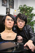 Professor Hiroshi Ishiguro och en version av roboten Geminoid som ser ut som honom sj&auml;lv. Den f&ouml;rsta versionen tillverkade han 2006. Osaka University, Japan<br />