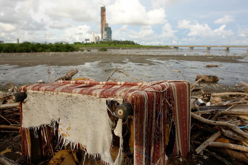 """La contaminación de playas en América Latina y el Caribe, causadas por descargas sin control de desagües domésticos no tratados, constituye un problema serio de salud para la población; en algunos casos son problemas permanentes de algunas playas. <br /> <br /> Implica poner en riesgo la salud, pues tal audacia puede provocar irritación en la piel, infecciones en oídos, ojos y aparato respiratorio, malestar estomacal y hasta diarrea por infecciones gastrointestinales.<br /> <br /> El problema no termina en la salud humana. Debido a la contaminación de las zonas costeras y a las descargas agrícolas, domésticas e industriales, se han encontrado en ostiones y peces que llegan a nuestras mesas sustancias tóxicas como cadmio, plomo, mercurio, cobre, zinc, compuestos orgánicos persistentes como plaguicidas, hidrocarburos y bacterias de salmonella y de cólera.<br /> <br /> Jenny Echeverría, declaró que el problema de la basura es muy serio, porque los desechos se convierten en """"trampas de muerte"""" para la flora y fauna marina.<br /> <br /> Cientos de especies, al ingerir los desechos, mueren intoxicados, mientras los arrecifes coralinos son tan frágiles que desaparecen.<br /> <br /> ©Alejandro Balaguer/Fundación Albatros Media."""