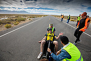 De vijfde racedag. In Battle Mountain (Nevada) wordt ieder jaar de World Human Powered Speed Challenge gehouden. Tijdens deze wedstrijd wordt geprobeerd zo hard mogelijk te fietsen op pure menskracht. De deelnemers bestaan zowel uit teams van universiteiten als uit hobbyisten. Met de gestroomlijnde fietsen willen ze laten zien wat mogelijk is met menskracht.<br /> <br /> In Battle Mountain (Nevada) each year the World Human Powered Speed ​​Challenge is held. During this race they try to ride on pure manpower as hard as possible.The participants consist of both teams from universities and from hobbyists. With the sleek bikes they want to show what is possible with human power.