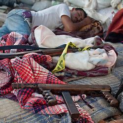 Dietro le barricate si dorme poco, circa tre ore a notte.