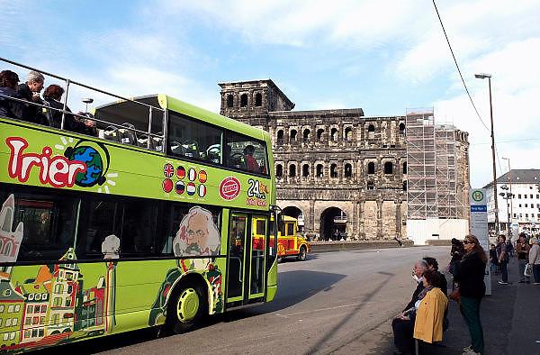 Duitsland, Trier, 21-10-2013Stad in de Eifel met rijke romeinse geschiedenis. Stadstoer per open bus, dubbeldekker. stadstour bij de porta nigra. bezienswaardigheid,attractie,trekpleister,monument,landmarkFoto: Flip Franssen/Hollandse Hoogte