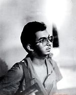 """El comandante """"Choco"""" de la unidades urbanas del ERP ofrece declaraciones en el Hotel Sheraton donde mantuvieron rehenes a militares norteamericanos que se hospedaban durante la ofensiva guerrillera a la capital de San Salvador, 1989. Photo: Imagenes Libres."""