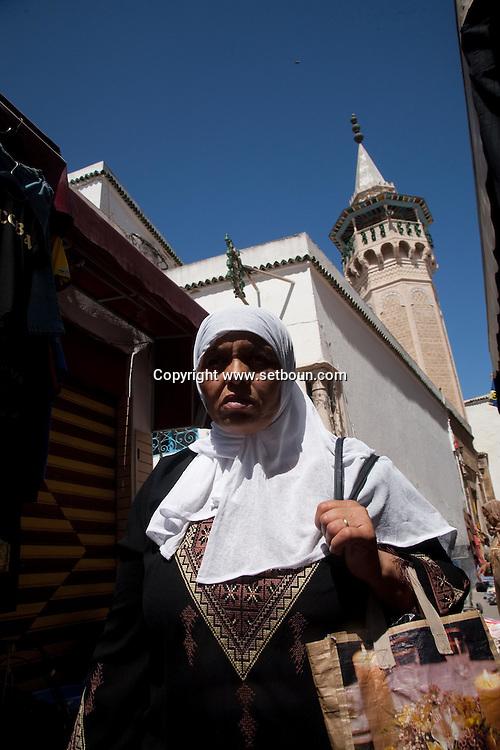DYERS mosque in the soukh market in The Medina, the old historical city center  Tunis - Tunisie  .///.mosquee des teinturiers, souk . La medina , la vielle cité hsitorique, marché , bazar   Tunis - Tunisie .///.TUNIS005 femme voilee