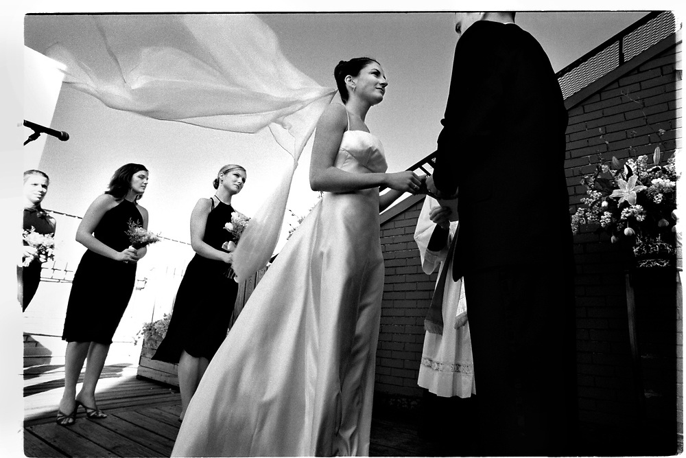 Mitt i talet  om hur perfekta Tory och Joby är för varandra kommer till och med vigselförrättaren som är nära vän med paret av sig och börjar snyfta och torka av sig tårar. .Joby Harold and Tory Tunnell's wedding in New York City..Photographer: Chris Maluszynski /MOMENT