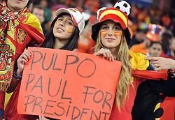 """11.07.2010, Soccer-City-Stadion, Johannesburg, RSA, FIFA WM 2010, Finale, Niederlande (NED) vs Spanien (ESP) im Bild zwei weibliche Spanische Fans mit einem Schild mit der Aufschrift """"Pulpo Paul for President"""" - damit ist der Krake/ Tintenfisch der alle WM Spiele richtig getippt hat gemeint, EXPA Pictures © 2010, PhotoCredit: EXPA/ InsideFoto/ Perottino *** ATTENTION *** FOR AUSTRIA AND SLOVENIA USE ONLY! / SPORTIDA PHOTO AGENCY"""