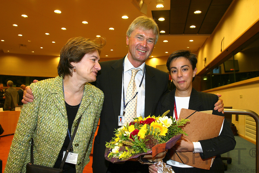 BRUSSELS - BELGIUM - 17 OCTOBER 2006 -- Conference: ? Working time and work-life balance:.A policy dilemma??  --  Jorma KARPPINEN (M), Director, European Foundation for the improvement of living and working conditions (EUROFOUND) hands over flowers to Yolanda TORRES (R), Parliamentary Researcher to MEP Alejandro Cercas, together with Sylvie JACQUET (R), the Foundations Brussels Liason Officer, at the end of the conference.   PHOTO: ERIK LUNTANG /