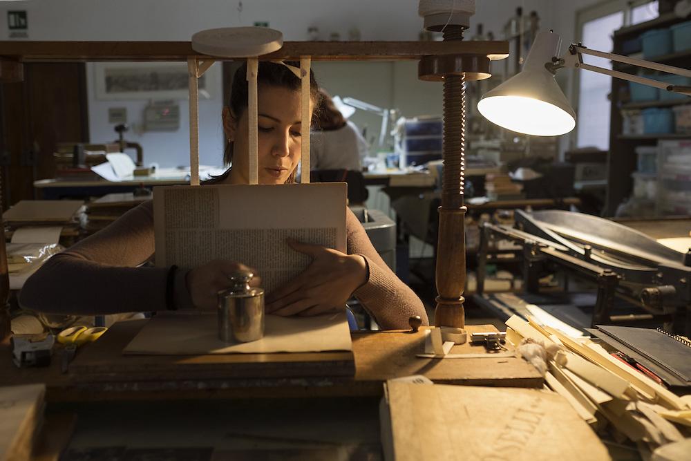 fabbricazione della carta con fibre di lino restoration workshop of Gottscher books