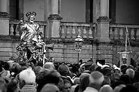 Lecce - Festeggiamenti in onore di Sant'Oronzo, San Giusto e San Fortunato. Momento di passaggio della statua di San Giusto tra i fedeli.