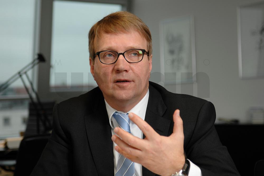 09 JAN 2007, BERLIN/GERMANY:<br /> Ronald Pofalla, CDU Generalsekretaer, waehrend einem Interview, in seinem Buero, CDU Bundesgeschaeftsstelle<br /> IMAGE: 20070109-01-024