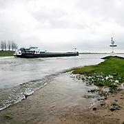 Nederland Westervoort 1 april 2008 20080401 Foto: David Rozing ..vrachtschipvaart om het uiterste puntje van de splitsing van de rivier Gelderse IJssel en Neder-Rijn (t.h.v. kmr 878) Vanaf Arnhem varend, moet het splitsingspunt van de IJsselkop zeer ruim gepasseerd worden  i.v.m. sterke stroming. ..Foto: David Rozing