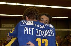22-04-2003 VOLLEYBAL: PIET ZOOMERS DYNAMO - OMNIWORLD: APELDOORN<br /> Finale play-offs Piet Zoomers wint het landkampioenschap / Mike en Bas van de Goor<br /> ©2003-Ronald Hoogendoorn