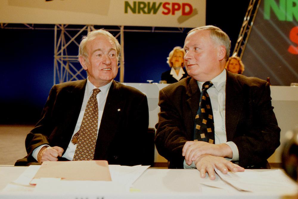 31 JAN 1998, DORTMUND/GERMANY:<br /> Johannes Rau, SPD, Ministerpräsident Nordrhein-Westfalen, und Oskar Lafontaine, SPD Parteivorsitzender, im Gespräch, auf dem Landesparteitag der SPD NRW<br /> IMAGE: 19980131-01/03-10