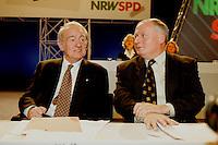 31 JAN 1998, DORTMUND/GERMANY:<br /> Johannes Rau, SPD, Ministerpr&auml;sident Nordrhein-Westfalen, und Oskar Lafontaine, SPD Parteivorsitzender, im Gespr&auml;ch, auf dem Landesparteitag der SPD NRW<br /> IMAGE: 19980131-01/03-10