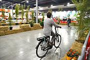Nederland, Utrecht, 21-9-2017Ouderen, senioren, proberen een elektrische fiets op het fietsplein van de 50plus beurs.Door het groeiende gebruik van de ebike, e-bike, e bike, gebeuren meer dodelijke ongelukken in het verkeer met oudere mensen.Foto: Flip Franssen