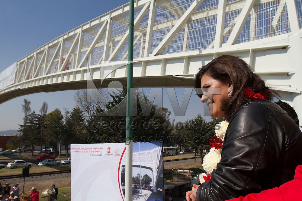 TOLUCA, Mexico.- La presidenta municipal, Maria Elena Barrera Tapia, durante la inauguracion del puente peatonal del Barrio El Tejocote sobre la vialidad Palmillas. Agencia MVT / Mario Vazquez de la Torre. (DIGITAL)