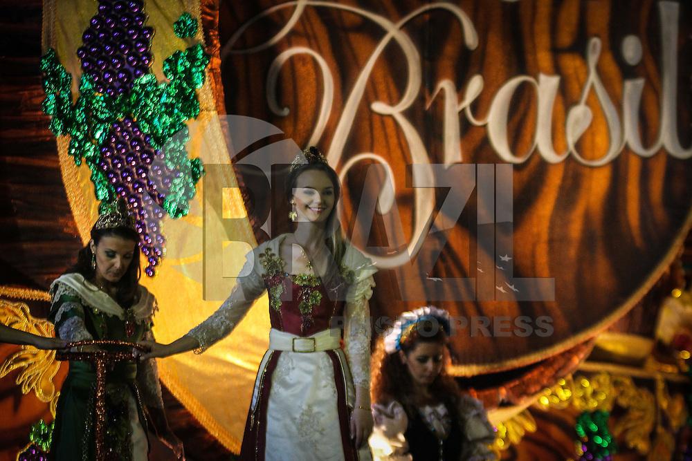 SAO PAULO, SP, 09 FEVEREIRO 2013 - CARNAVAL SP - VAI-VAI CONCENTRAÇÃO - Integrantes da escola de samba Vai Vai na concentração antes do desfile no primeiro dia do Grupo Especial no Sambódromo do Anhembi na região norte da capital paulista, na madrugada deste sábado, 09. (FOTO: ALE VIANNA / BRAZIL PHOTO PRESS).