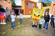 Duitsland, Bottrop, 17-7-2009Kankerpatientjes en hun broertjes en zusjes uit het umc-radboud mogen met Spongebob spelen en op de foto tgv zijn tiende verjaardag en het feit dat de KiKa van het pretpark Movie Park, movie world, een cheque van 2000 euro kreeg.Foto: Flip Franssen/Hollandse Hoogte