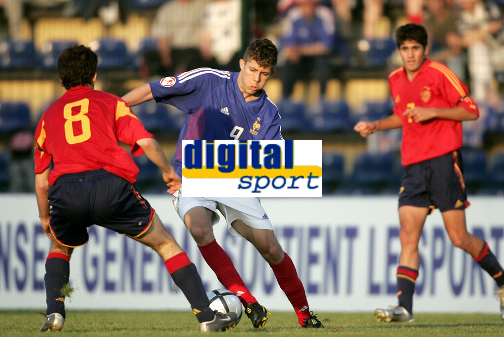 FOOTBALL - EURO CHAMPIONSHIP UNDER 17 2004 - FINAL - 15/05/2004 - FRANCE v SPAIN - JEREMY MENEZ (FRA) / CECS FABREGAS (SPA) - PHOTO LAURENT BAHEUX / FLASH PRESS<br />  *** Local Caption *** 40001153