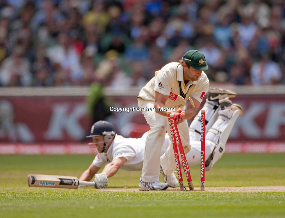 Ben Hilfenhaus fails to run out Jonathan Trott during the fourth Ashes test match between Australia and England at the MCG in Melbourne, Australia. Photo: Graham Morris (Tel: +44(0)20 8969 4192 Email: sales@cricketpix.com) 27/12/10