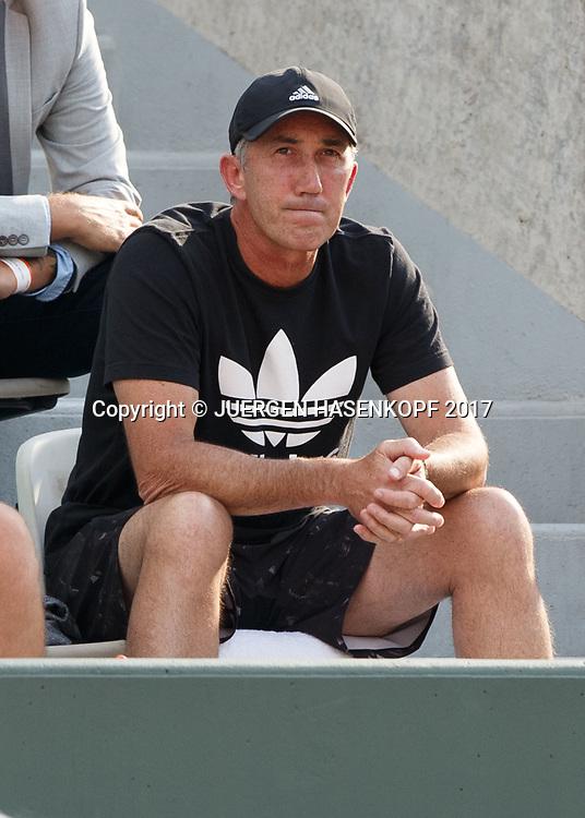 SIMONA HALEP Trainer Darren Cahill sitzt auf der Tribuene und schaut skeptisch,<br /> <br /> Tennis - French Open 2017 - Grand Slam / ATP / WTA / ITF -  Roland Garros - Paris -  - France  - 1 June 2017.