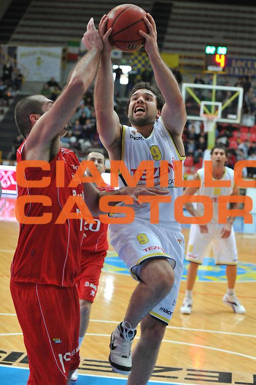 DESCRIZIONE : Verona Lega Basket A2 2011-12 Tezenis Verona Trenkwalder Reggio Emilia <br /> GIOCATORE : antonio porta<br /> CATEGORIA : tiro<br /> SQUADRA : Tezenis Verona Trenkwalder Reggio Emilia<br /> EVENTO : Campionato Lega A2 2011-2012<br /> GARA : Tezenis Verona Trenkwalder Reggio Emilia<br /> DATA : 29/01/2012<br /> SPORT : Pallacanestro <br /> AUTORE : Agenzia Ciamillo-Castoria/M.Gregolin<br /> Galleria : Lega Basket A2 2011-2012 <br /> Fotonotizia : Verona Lega Basket A2 2011-12 Tezenis Verona Trenkwalder Reggio Emilia<br /> Predefinita :