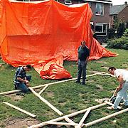 Opbouw Tvscherm bewoners Edisonstraat Huizen n.a.v.het WK 1998 in Frankrijk