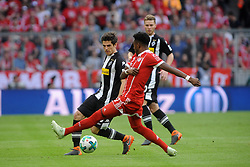 14.04.2018, Allianz Arena, Muenchen, GER, 1. FBL, FC Bayern Muenchen vs Borussia Moenchengladbach, 30. Runde, im Bild vl. Jonas Hofmann (Borussia Moenchengladbach #23), David Alaba (FC Bayern Muenchen), und Nico Elvedi (Borussia Moenchengladbach #30) // during the German Bundesliga 30th round match between FC Bayern Munich and Borussia Moenchengladbach at the Allianz Arena in Muenchen, Germany on 2018/04/14. EXPA Pictures &copy; 2018, PhotoCredit: EXPA/ Eibner-Pressefoto/ Stuetzle<br /> <br /> *****ATTENTION - OUT of GER*****