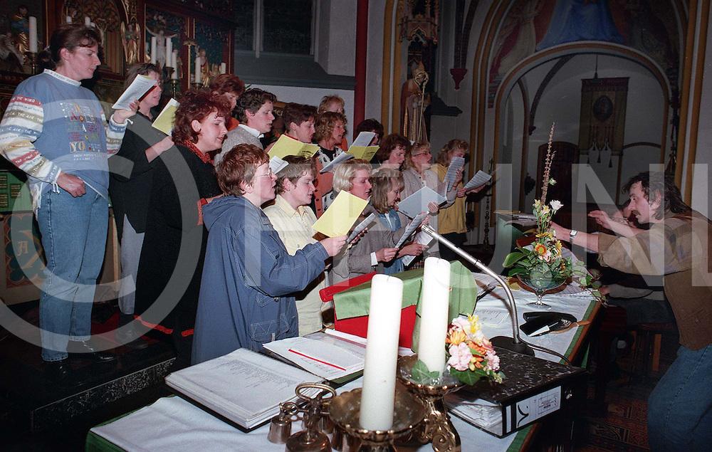 vlisteren;repetitie kerkkoor qoudlibet..foto frank uijlenbroek©1996/dio