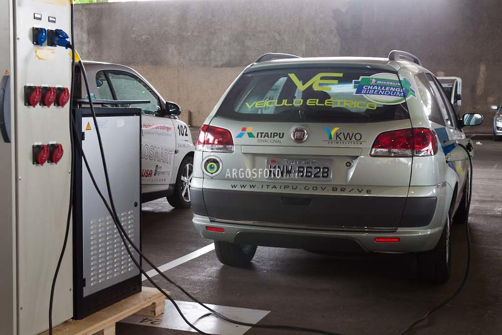 O automovel eletrico Fiat, da Itaipu, sendo carregado durante  a 10º Michelin Challenge Bibendum no Rio de Janeiro/  Electric Vehicle  at a charging point at the 10º Challenge Bibendum, in Rio de Janeiro, RJ, Brazil