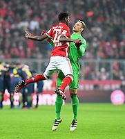 Fussball  1. Bundesliga  Saison 2016/2017  16. Spieltag  FC Bayern Muenchen - RB Leipzig        21.12.2016 David Alaba (li, FC Bayern Muenchen) klatscht Torwart Manuel Neuer (FC Bayern Muenchen) ab