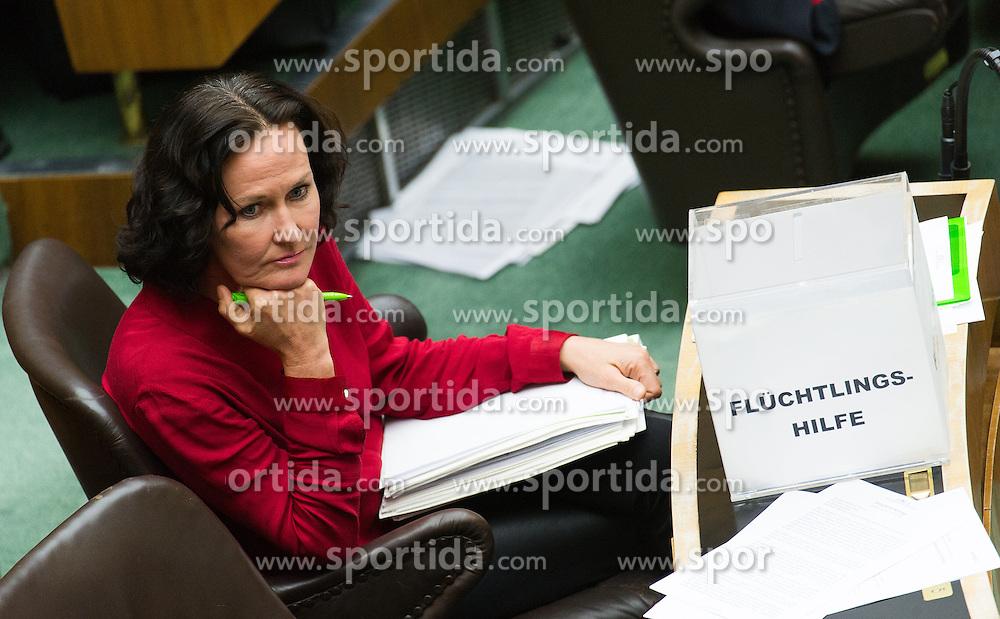 24.09.2015, Parlament, Wien, AUT, Parlament, Nationalratssitzung, Sondersitzung des Nationalrates mit einer Dringlichen Anfrag der FP&Ouml; an den Bundeskanzler unter dem Titel &quot;&Ouml;sterreich im Ausnahmezustand &ndash; sichere Grenzen statt Asylchaos.&quot; im Bild Gr&uuml;ne Klubobfrau Eva Glawischnig mit Box &quot;Fl&uuml;chtlingshilfe&quot; // Leader of the parliamentary group the greens Eva Glawischnig <br /> during meeting of the National Council of austria according to refugee crisis in europe at austrian parliament in Vienna, Austria on 2015/09/24, EXPA Pictures &copy; 2015, PhotoCredit: EXPA/ Michael Gruber