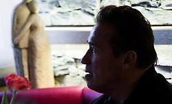 23.03.2017, Sporthotel Royer, Schladming, AUT, Special Olympics 2017, Wintergames, Arnold Schwarzenegger besucht die Spiele, im Bild Gegenlicht-Silhouette von Arnold Schwarzenegger mit Blick auf eine Statue, die das Thema Beziehung symbolisiert // during the Special Olympics World Winter Games Austria 2017 in Schladming, Austria on 2017/03/23. EXPA Pictures © 2017, PhotoCredit: EXPA / Martin Huber