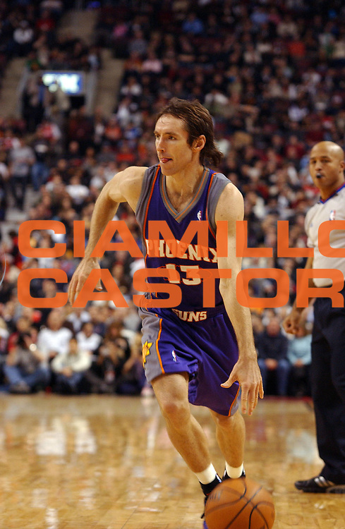 DESCRIZIONE : Toronto Campionato NBA 2007-2008 Toronto Raptors Phoenix Suns<br /> GIOCATORE : Steve Nash<br /> SQUADRA : Toronto Raptors Phoenix Suns<br /> EVENTO : Campionato NBA 2007-2008 <br /> GARA : Toronto Raptors Phoenix Suns<br /> DATA : 05/12/2007 <br /> CATEGORIA : palleggio<br /> SPORT : Pallacanestro <br /> AUTORE : Agenzia Ciamillo-Castoria/V.Keslassy<br /> Galleria : NBA 2007-2008 <br /> Fotonotizia : Toronto Campionato NBA 2007-2008 Toronto Raptors Phoenix Suns<br /> Predefinita :