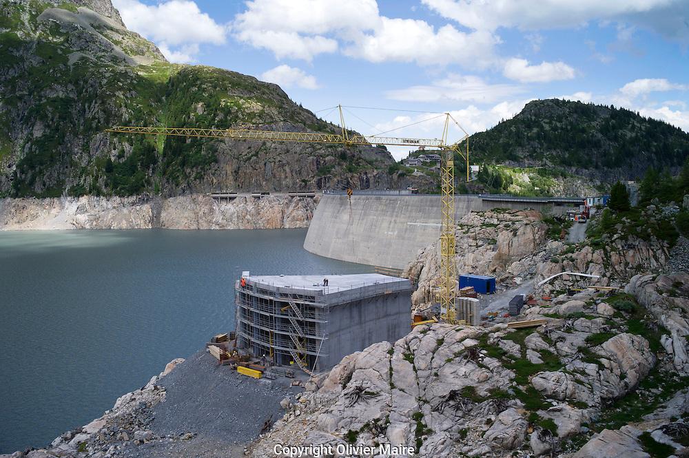 La prise d'eau d'une hauteur de 4 etages, va être transportée sur l'eau du lac sur son lieu au barrage d'Emosson de Nant de Drance .le 11 juillet 2012..centrale des barrage d'Emosson, .usine de pompage turbinage des barrages Emosson..électricité hydroélectrique, énergie...(PHOTO-GENIC.CH/ OLIVIER MAIRE)
