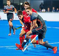 BHUBANESWAR, INDIA -  Jonas de Geus (Ned) met Alexander Hendickx (Belgie)    tijdens de  finale tussen België en Nederland bij het WK Hockey heren in het Kalinga Stadion. COPYRIGHT KOEN SUYK