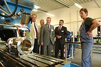 20 JUN 2002, NEUSTADT-GLEWE/GERMANY:<br /> Rolf Schwanitz (M), SPD, Staatsminister im Bundeskanzleramt und Beauftragter der Bundesregierung fuer die Angelegenheiten der neuen Laender, besichtigt, im Rahmen eines Besuches der Firma, die Wrkshallen der Firma Dockweiler<br /> IMAGE: 20020620-01-008<br /> KEYWORDS: Geschäftsführer, Innovation