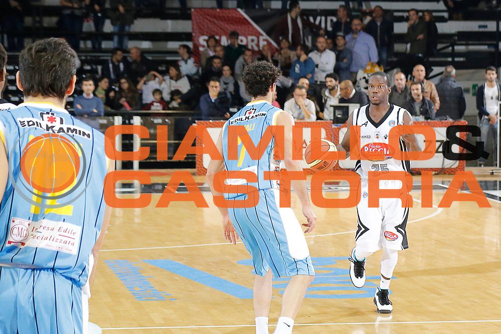 DESCRIZIONE : Caserta Lega A 2014-15 Pasta Reggia Caserta Vanoli Cremona<br /> GIOCATORE : Ronald Moore<br /> CATEGORIA : palleggio<br /> SQUADRA :  Pasta Reggia Caserta<br /> EVENTO : Campionato Lega A 2014-2015<br /> GARA : Pasta Reggia Caserta Vanoli Cremona<br /> DATA : 09/11/2014<br /> SPORT : Pallacanestro <br /> AUTORE : Agenzia Ciamillo-Castoria/A. De Lise<br /> Galleria : Lega Basket A 2014-2015 <br /> Fotonotizia : Caserta Lega A 2014-15 Pasta Reggia Caserta Vanoli Cremona