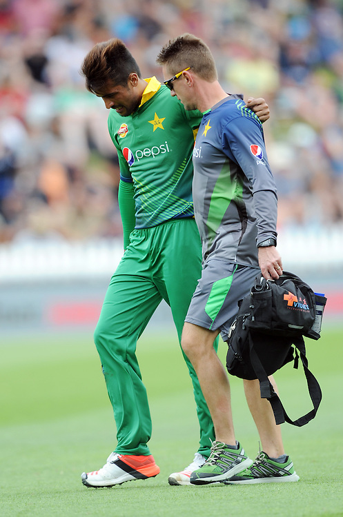 Pakistan's Mohammad Amir assisted from the field with an injured leg against New Zealand in the 1st ODI International Cricket match at Basin Reserve, Wellington, New Zealand, Monday, January 25, 2016. Credit:SNPA / Ross Setford