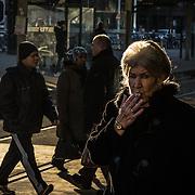 Rotterdam, 10 december 2013. Rokende dame op de trambaan in Rotterdam centrum. Foto: Pepijn Hooimeijer.