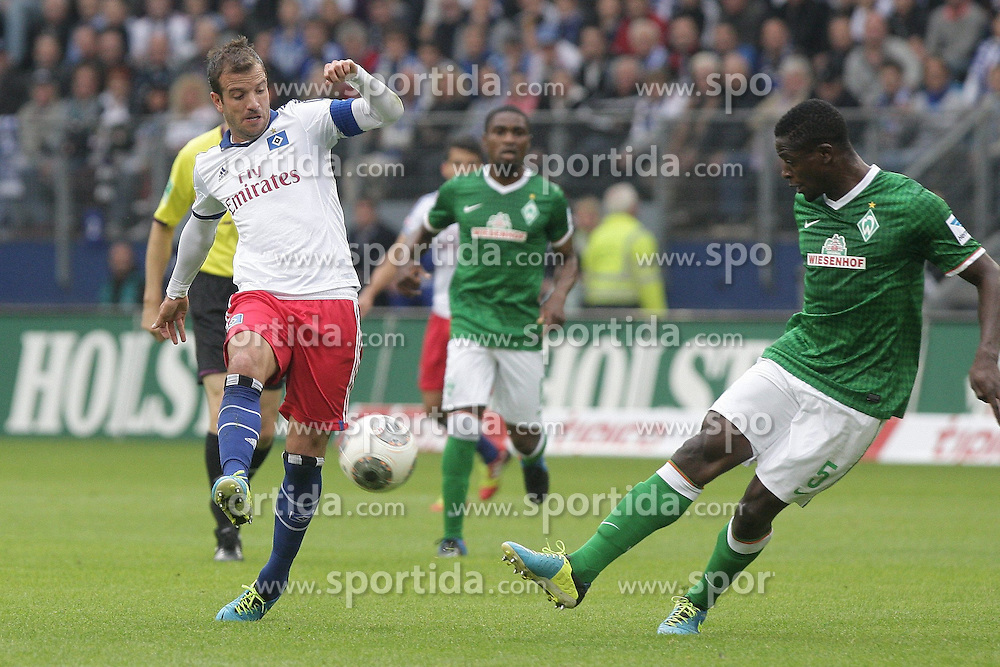 21.09.2013, Imtech Arena, Hamburg, GER, 1. FBL, Hamburger SV vs SV Werder Bremen, 6. Runde, im Bild Rafael van der Vaart (HSV) und Assani Lukimya (Werder), Sportler DFB Sport Deutschland Fussball Hamburger Sport Verein // during the German Bundesliga 6th round match between Hamburger SV and SV Werder Bremen at the Imtech Arena, Hamburg, Germany on 2013/09/21. EXPA Pictures © 2013, PhotoCredit: EXPA/ Eibner/ Andre Latendorf<br /> <br /> ***** ATTENTION - OUT OF GER *****