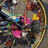 Rueda de bicicleta con variedad de adornos, Estado Sucre, Venezuela