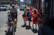Bruxelles,23/06/2014: gruppo di scolari e madre araba con figlio - a group of school choldren and an Arab mother with her son