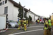 Mannheim. 23.02.17   BILD- ID 058  <br /> Schönau. Brand im Mehrfamilienhaus. Bei dem Brand in einem Vierfamilienhaus am Donnerstagnachmittag auf der Schönau ist ein geschätzter Schaden von rund 300 000 Euro entstanden. Das Feuer war im ersten Obergeschoss ausgebrochen und hatte auf das Dachgeschoss übergegriffen, teilte die Polizei mit. Die Bewohner konnten das Haus im Ludwig-Neischwander-Weg rechtzeitig verlassen. Verletzt wurde bei dem Brand niemand. Die Feuerwehr brachte den Brand unter Kontrolle. Die Brandursache ist noch nicht bekannt.<br /> Bild: Markus Prosswitz 23FEB17 / masterpress (Bild ist honorarpflichtig - No Model Release!)