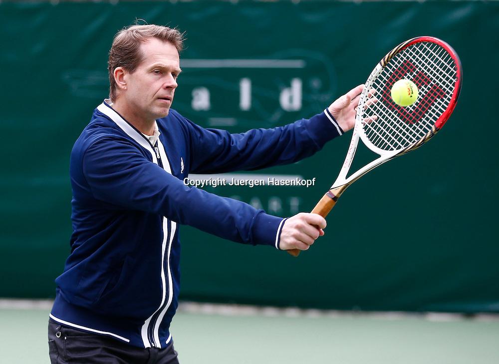 ex Tennis Profi Stefan Edberg (SWE) in Strassenkleidung zeigt das er immer noch einen guten Rueckhandvolley spielen kann,Aktion,Einzelbild,<br /> Halbkoerper,Querformat,privat,timing,Technik,