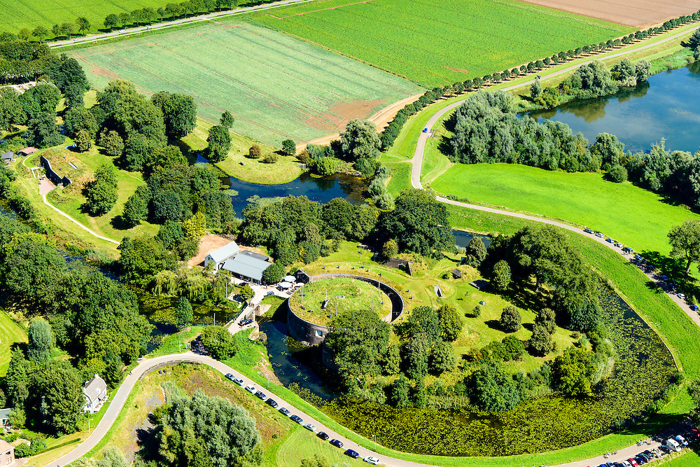 Nederland, Gelderland, Gemeente Lingewaal, 23-08-2016; Fort Vuren, onderdeel van de Nieuwe Hollandse Waterlinie.<br /> Fort Vuren, part of the New Dutch Waterline.<br /> aerial photo (additional fee required); <br /> luchtfoto (toeslag op standard tarieven); copyright foto/photo Siebe Swart