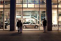 2003, BERLIN/GERMANY:<br /> BMW Group, Niederlassung Berlin, Filiale Kurfuerstendamm 31<br /> IMAGE: 20030528-02-016<br /> KEYWORDS: Auto, KFZ, PKW, Showroom, Praesenation, Präsentation, Neuwagen, Verkauf, Geschaeft, Geschäft, Verkaufsraum, <br /> Schaufenster